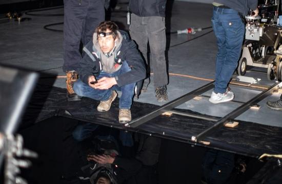 Příprava záběru odlesku televizních znělek v tmavé kapalině