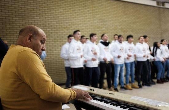 Čhavorenge nejdřív zpívají několik písniček zesvého repertoáru, tedy převážně zautorské dílny skladatele aklavíristy Desideria Duždy
