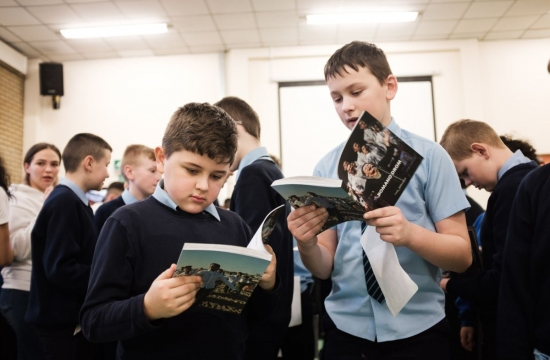 Školáci zBelfastu dostávají napamátku knížku Romano drom, která mapuje společnou cestu Čhavorenge aČeské filharmonie odpočátku aždodnes