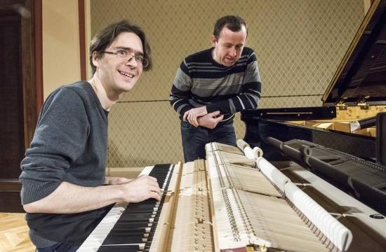 Ladění azkouška nového piana Fazioli, zleva klavírní technik Michael Schimpelsberger aJan Machart