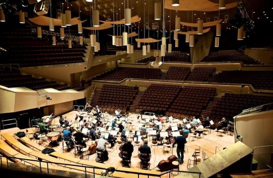 Hlavní sál berlínské filharmonie se zkoušející Českou filhamronií