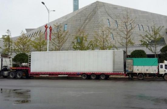 Kamion pronástroje azavazadla orchestru načínském turné vříjnu 2016