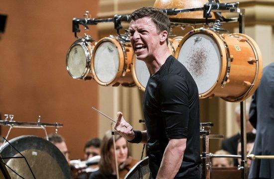 Martin Grubinger sPeterem Eötvösem aČeskou filharmonií vroce 2016