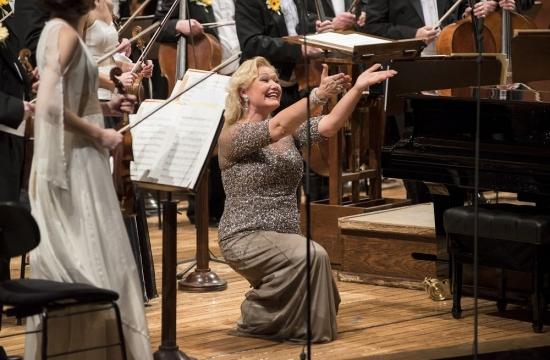 Po svém strhujícím vystoupení srdečně blahopřeje šéfdirigentovi Jiřímu Bělohlávkovi…