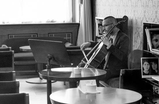Violoncellista Jan Keller přinatáčení vkavárně