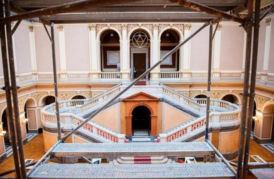 Netradiční pohled na schodiště dvorany