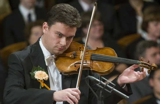 Obnovená tradice živých květů vklopě fraku dává slavnostní punc mimořádným koncertům České filharmonie