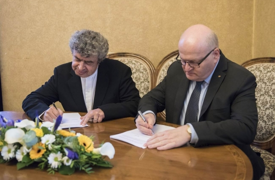 Contract signing: Semyon Bychkov and Daniel Herman, Minister of Culture of the Czech Republic