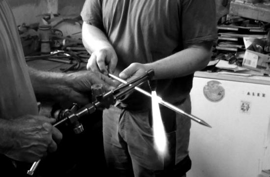 Nahřívání kovu předohýbáním dopožadovaného tvaru.