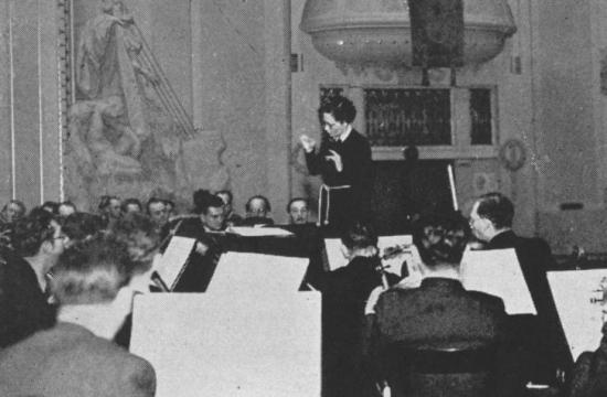 Vítězslava Kaprálová diriguje Českou filharmonii