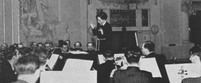 Vítězslava Kaprálová diriguje Českou filharmonii v listopadu 1937