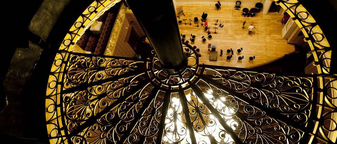 Rudolfinum - pohled z půdy budovy na pódium a hlediště Dvořákovy síně