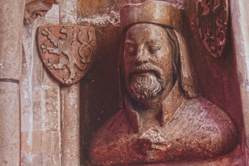 Slavnou bustu Karla IV., jejímž autorem je Patr Parléř, najdeme v triforiu Katedrály sv. Víta