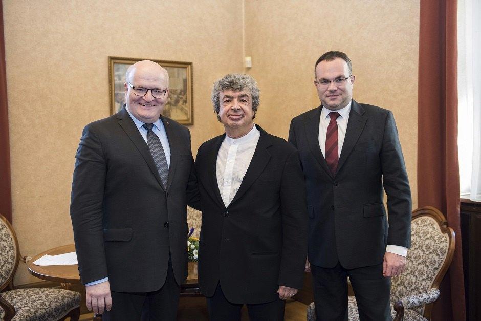 Daniel Herman, Semjon Byčkov a David Mareček po podpisu smlouvy | Foto Petra Hajská