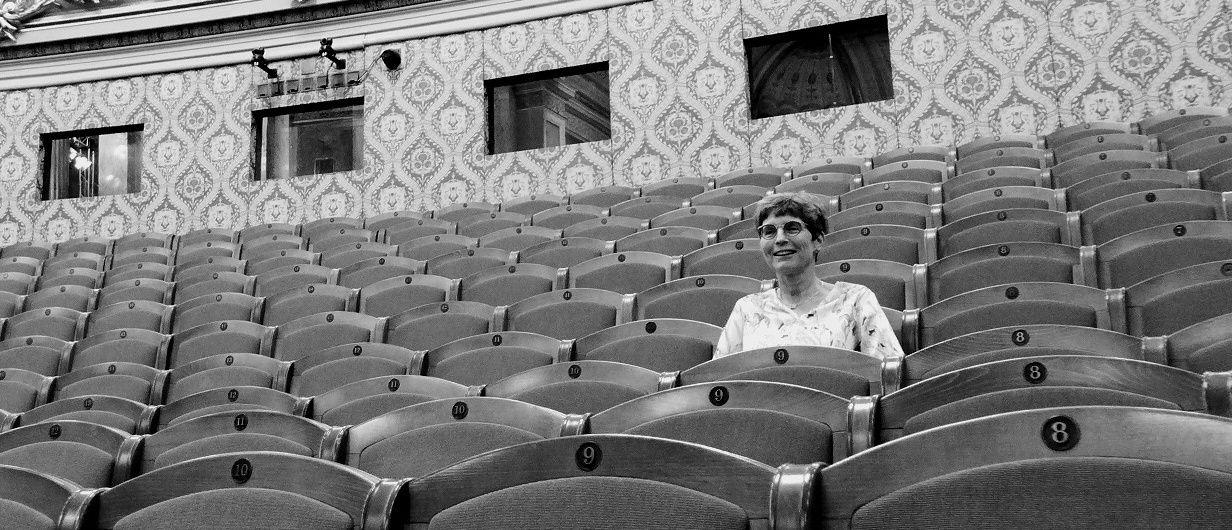 Hana Dvořáková, členka Dynamického klubu České filharmonie v hledišti Dvořákovy síně