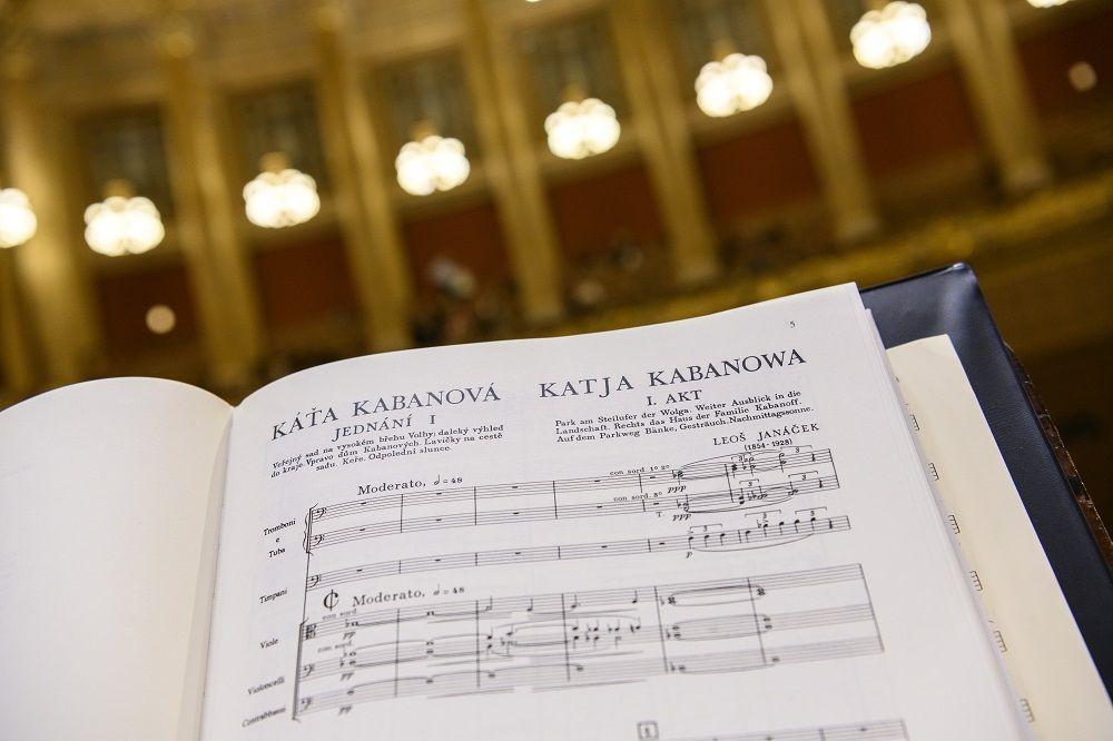Partitura Káti Kabanové při zkoušce v pražském Rudolfinu