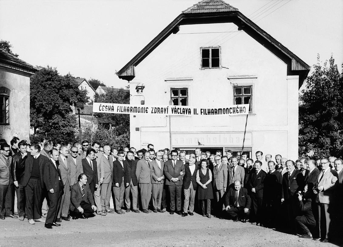 Fotografie z roku 1970, pořízena v Lojovicích u příležitosti oslavy 50. narozenin Václava Neumanna.
